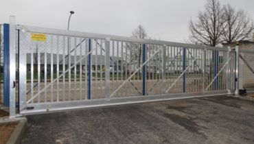 SELF-SUPPORTING SLIDING GATE WITH BARRIER SYSTEM